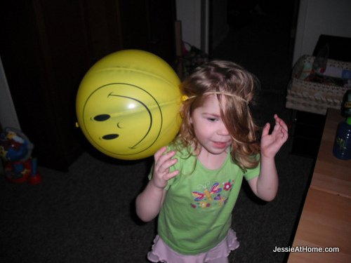 Kyla-in-Vada's-happy-ballon-hat